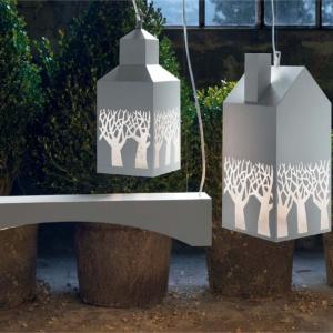 Lampy z kolekcji My Love marki Karman, wiszące razem tworzą oryginalny, przemysłowy krajobraz. Fot. Heban