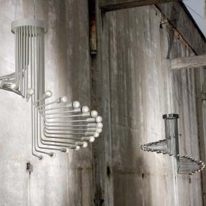 Żyrandol Spirale marki Italamp (proj. Gallotti&Radice). Pierwotna wersja powstała w latach 60. ub. wieku. Metal lakierowany na perłowo. Fot. Heban