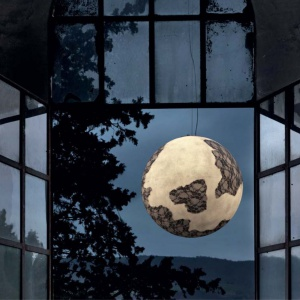 Niczym księżyc w pełni – lampa Ulula z kolekcji Ululi  i Ulula marki Karman. Biała kula z włókna szklanego otoczona czarną koronką. Fot. Heban