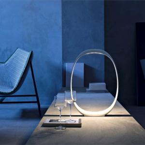 Futurystyczna lampa Anisha Grande marki Foscarini  wykonana z tworzywa, dostępna w dwóch kolorach  i dwóch rozmiarach. Fot. Heban