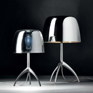 Lampy Lumiere marki Foscarini nawiązują do klasycznych  lamp biurkowych. Klosz szklany, podstawa z polerowanego  aluminium. Fot. Heban