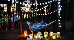 Lampiony solarne są nie tylko ekonomicznym, ale i niezwykle efektownym pomysłem na oświetlenie ogrodu lub posesji.