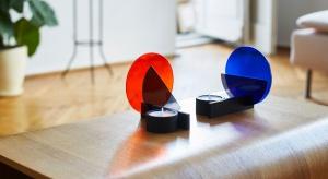 W limitowanej serii świeczników, inspirowanych kultowym stylem weimarskiego Bauhausu wykorzystanoszkło witrażoweprodukowanego metodą z początku XIX wieku.