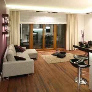 Efektowna aranżacja salonu to efekt kontrastów: m.in. ciemnej podłogi i jasnych mebli. Projekt: Katarzyna Mikulska-Sękalska. fot. artosz Jarosz