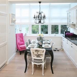 Jadalnia w stylowej kuchni. W aranżacji wyróżniają się krzesła wykończone stylową tapicerką. Projekt: Małgorzata Galewska. Fot. Bartosz Jarosz