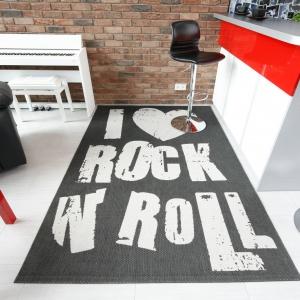 Rockowy dywan w mieszkaniu w lofcie. Projekt: Monika Olejnik. Fot. Bartosz Jarosz