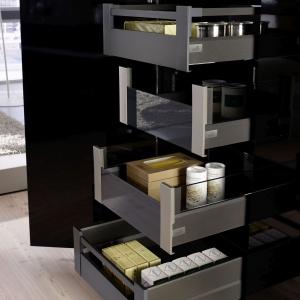 Komfortowe i piękne szuflady wewnętrzne ArciTech ukryte za frontem mebla wprowadzają w mieszkaniu porządek i redukują stres związany z poszukiwaniem w pośpiechu produktów spożywczych, ubrań czy kosmetyków. Fot. Hettich