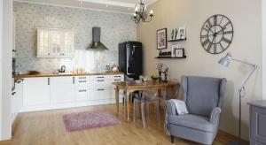 Sercem mieszkania jest otwarta strefa dzienna.Nie ma tu wyraźnej granicy pomiędzy poszczególnymi strefami, a elementem symbolicznie wyznaczającym odrębność salonu od kuchni jest niewielki stół jadalniany.