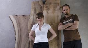 Przez lata dzielili się swoją pasją do tworzenia w prywatnym, domowym zaciszu a ich pierwsze wspólne mieszkanie urządzone przez nich samych od A do Z zaowocowało powstaniem Malita Just Wood. O swoich projektach, drewnie i designie opowiadają młodz