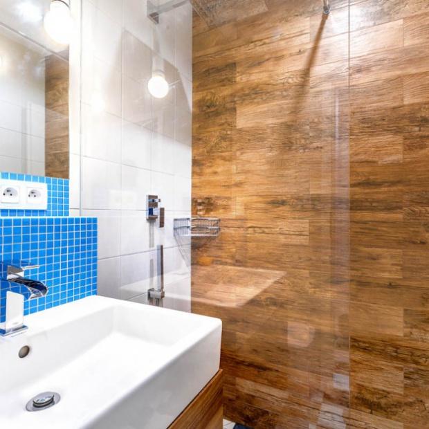 Błękitna łazienka w warszawskim mieszkaniu