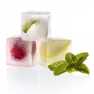 Foremka ICE CUBE formuje kostki lodu o idealnym kształcie sześcianu. W każdej porcji można przed zamrożeniem umieścić drobne owoce lub ich kawałki. 68 zł, Lekue.