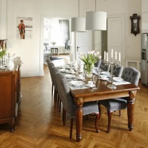 Klasyczne drewniane meble w jadalni dostojnie prezentują się na drewnianej, klasycznej podłodze. Projekt: Iwona Kurkowska. Fot. Bartosz Jarosz
