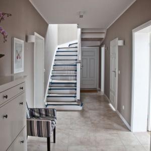 Korytarz jest ograniczony do minimum, płynnie przechodzi w klatkę schodową. Fot. Spółka Śląski Dom