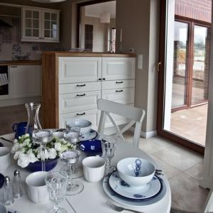 Piękne białe meble idealnie wpisują się w zaprojektowane wnętrze. Fot. Spółka Śląski Dom