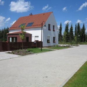 Domy wybudowano na rzucie prostokąta. Są one usytuowane szczytem do drogi i w równej od niej odległości. Przekryte są dachem dwuspadowym o kącie nachylenia 45 stopni, zakończonym równo ze szczytem domu. Fot. Spółka Śląski Dom