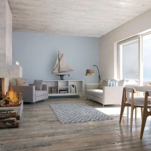 W małym domku letniskowym też można zaprojektować duże przeszklenia, doskonale powiększą one przestrzeń salonu. Proj. S24, Fot. S&O Projekty Sylwii Strzeleckiej