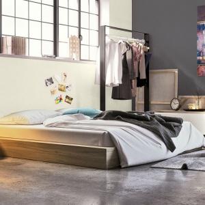 """Styl industrialny dzisiaj powraca w nowej, nieco złagodzonej odsłonie w postaci tzw. """"soft loftu"""". Kolory """"stalowe magnolie"""" i """"cisza o zmierzchu"""" sprawdzą się w industrialne urządzonej sypialni."""