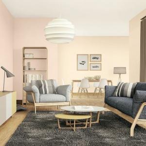 Dodatki, we wnętrzu w stylu nude, warto wybrać  w modnych odcieniach ciepłych metali: miedzi i mosiądzu. Idealnie wkomponują się tu również puszyste dywany, które doskonale prezentują się w minimalistycznych wnętrzach uzupełnionych o designerskie, nowoczesne meble.