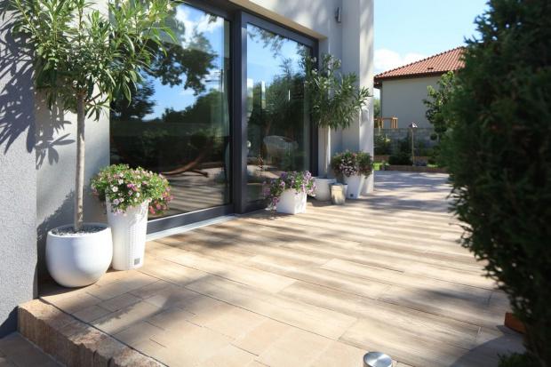 Optyczna gra linii, brak zbędnych elementów, przejrzystość i prostota – tak w skrócie można opisać niebanalną kompozycję nowoczesnego ogrodu. Jak stworzyć elegancką i ponadczasową aranżację wokół domu? Odpowiedź brzmi: zwróć się ku g