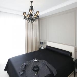 Szarość połączona z czarnymi dodatkami i stylowym żyrandolem to ciekawy pomysł na sypialnię. Proj. Katarzyna Mikulska-Sękalska, Fot. Bartosz Jarosz