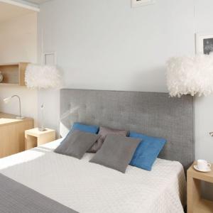Szary kolor możemy stopniować - tu ciemniejszy odcień zagłówka łóżka dobrze wygląda na jasnoszarym tle ściany. Proj. Marta Kruk, Fot. Bartosz Jarosz