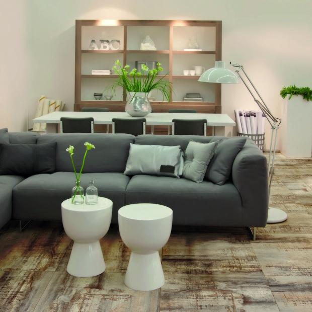 Salon w stylu vintage - nowe płytki podłogowe