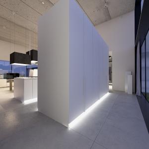 Zabudowa kuchenna tworzy od strony okna dodatkowy ciąg komunikacyjny.