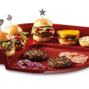KAMIEŃ DO PIECZENIA BURGERÓW na grillu jest wykonany ze specjalnej, ogniotrwałej ceramiki (żaroodporność do 500ºC). W komplecie 6 różnych szpilek do oznaczania burgerów. Fot. Emile Henry