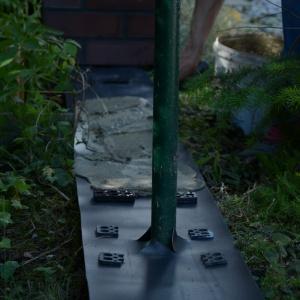 Przed ułożeniem kolejnego elementu ogrodzenia najpierw na izolacji rozprowadza się zaprawę. Fot. Röben