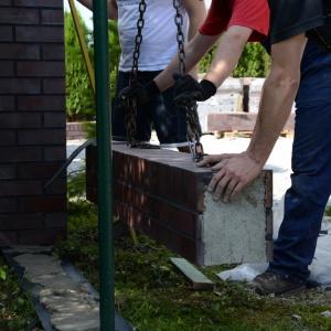 Kolejnym krokiem jest montaż dolnej części ogrodzenia znajdującej się pomiędzy ustawionym słupkiem, a metalowym wspornikiem. Fot. Röben