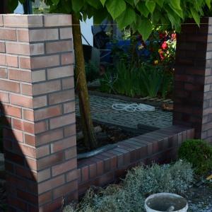 Następne elementy montuje się w ten sam sposób, aż dojdzie się do ostatniej kolumny. Fot. Röben