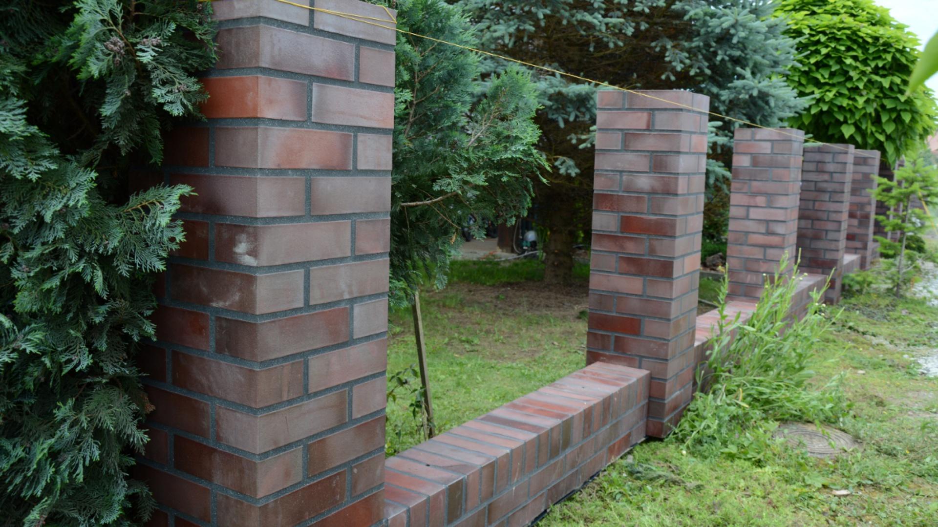 Wszystkie części ogrodzenia ustawione na swoim miejscu. Fot. Röben