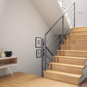 Obłożenie schodów betonowych drewnem dębowym w kolorze naturalnym, z ciemnoszarą poręczą Weld (cena: od 10 tys. brutto w ramach promocji obowiązującej we wrześniu 2016 r.). Fot. Rintal Polska