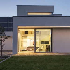 Duże przeszklenia są urozmaiceniem bryły domu i maja niebagatelny wpływ na pozyskiwanie energii ze słońca. Fot. BXBstudio Bogusław Barnaś