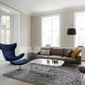 Carlton to sofa modułowa. Wyrafinowane połączenie wąskiej ramy wykonanej z mocnego metalu oraz dodatkowych miękkich poduszek nadają sofie ekskluzywny i delikatny wygląd.Fot. BoConcept.