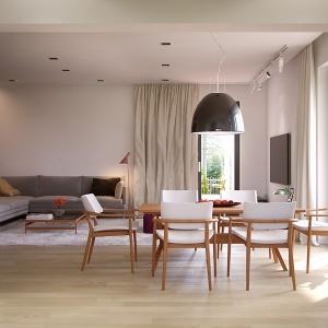Jasne wnętrze ociepla podłoga w naturalnym odcieniu dębu i drewniane meble w kolorze olchy. Fot. MTM Styl