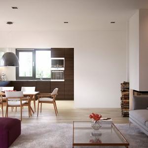 Otwarta strefa dzienna, składająca się z kuchni, jadalni i salonu, optycznie powiększa przestrzeń tego domu o powierzchni 140 metrów kwadratowych. Fot. MTM Styl