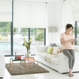 Conexoon to nowe inteligentne rozwiązanie, które umożliwi zdalne sterowanie wybranymi urządzeniami w domach za pomocą aplikacji na telefonie lub tablecie. CONNEXOON WINDOW przeznaczone jest do obsługi okien wyposażonych w rolety i zewnętrzne osłony przeciwsłoneczne. To rozwiązanie umożliwi np. zamknięcie wszystkich rolet i aktywowanie alarmu za pomocą jednego kliknięcia, a także zdalne sprawdzenie stanu położenia osłon okiennych. 873,80 zł (z jedną aplikacją). Fot. Somfy