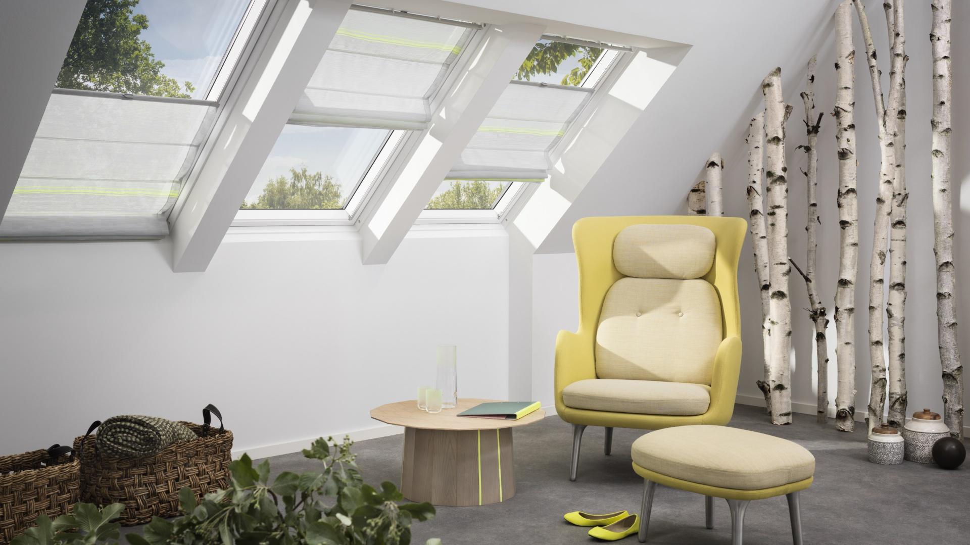 Dzięki płynnej i elastycznej obsłudze roletę rzymską VELUX FHB możemy ustawić w dowolnej pozycji na oknie dachowym. Możliwość szybkiej wymiany materiału oraz samodzielnego montażu z systemem Pick&Click™. Od 410 zł. Fot. Velux