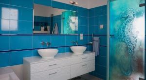 Przestronny minimalizm – to najmodniejszy motyw w aranżacji nowoczesnych łazienek. Króluje w nim szkło i lśniące lustra optycznie powiększające przestrzeń.