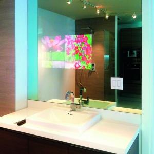 Pilkington MirroView w łazience pozwala połączyć funkcje niezbędnego tam lustra z telewizorem.  Fot. Pilkington