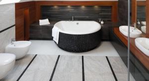 Nic tak nie dodaje szlachetności aranżacji łazienki jak naturalny kamień. Jego obecność sprawia, że zwykła domowa przestrzeń zyskuje klimat luksusowego SPA, z którego nie chcielibyśmy wychodzić.