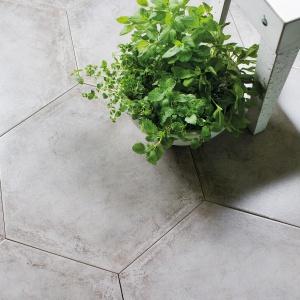 Szare płytki w kształcie sześciokątów idealnie wpiszą się w minimalistycznie urządzone wnętrza. Fot. Ceramstic