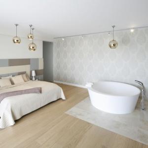 Przy sypialni pana i pani domu urządzono łazienkę, a przed wejściem do niej wyeksponowano wolno stojącą wannę. Projekt: Katarzyna Mikulska-Sękalska. Fot. Bartosz Jarosz