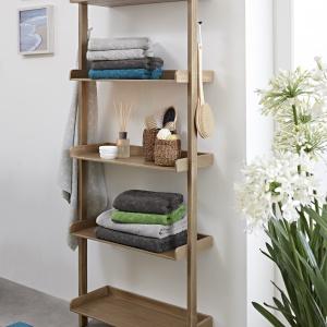 REGAŁ-DRABINA z 5 półkami na akcesoria łazienkowe to doskonałe rozwiązanie do każdej łazienki. Wykonany z wysokogatunkowego drewna akacjowego nada wnętrzu również naturalny styl. 349,95 z. Fot. Tchibo
