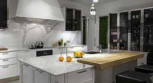 Biały blat z charakterystycznym rysunkiem szarych żył do kuchni w nowojorskim stylu? A może elegancka łazienka inspirowana włoskim klimatem? Spieki kwarcowe Laminam z edycji Venato sprawdzą się wszędzie tam, gdzie liczy się wygląd klasycznego m
