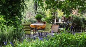 Współcześnie dużą popularnością cieszą się ogrody w stylu nowoczesnym. Nadal jednak powstaje wiele ogrodów rustykalnych opartych na idyllicznych, wiejskich założeniach.