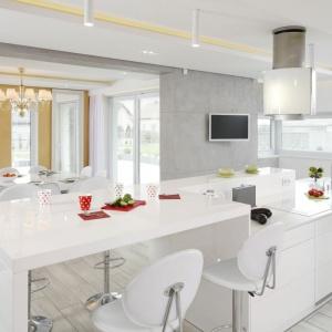 Beton w formie wielkoformatowych płyt na jednej z kuchennych ścian prezentuje się niezwykle elegancko i przełamuje dominację bieli w tym wnętrzu. Proj. Dominik Respondek. Fot. Bartosz Jarosz