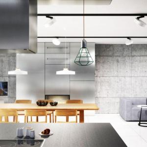 Połączenie betonu z innymi fakturami oraz jego odpowiednie wyeksponowanie pozwoliło stworzyć nowoczesne wnętrze. Fot. 81.WAW.PL