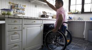 Urządzając kuchnię należy pamiętać o potrzebach i komforcie wszystkich lokatorów – także osób niepełnosprawnych. Jak tego dokonać? Z pomocą przychodzą inteligentne okucia.
